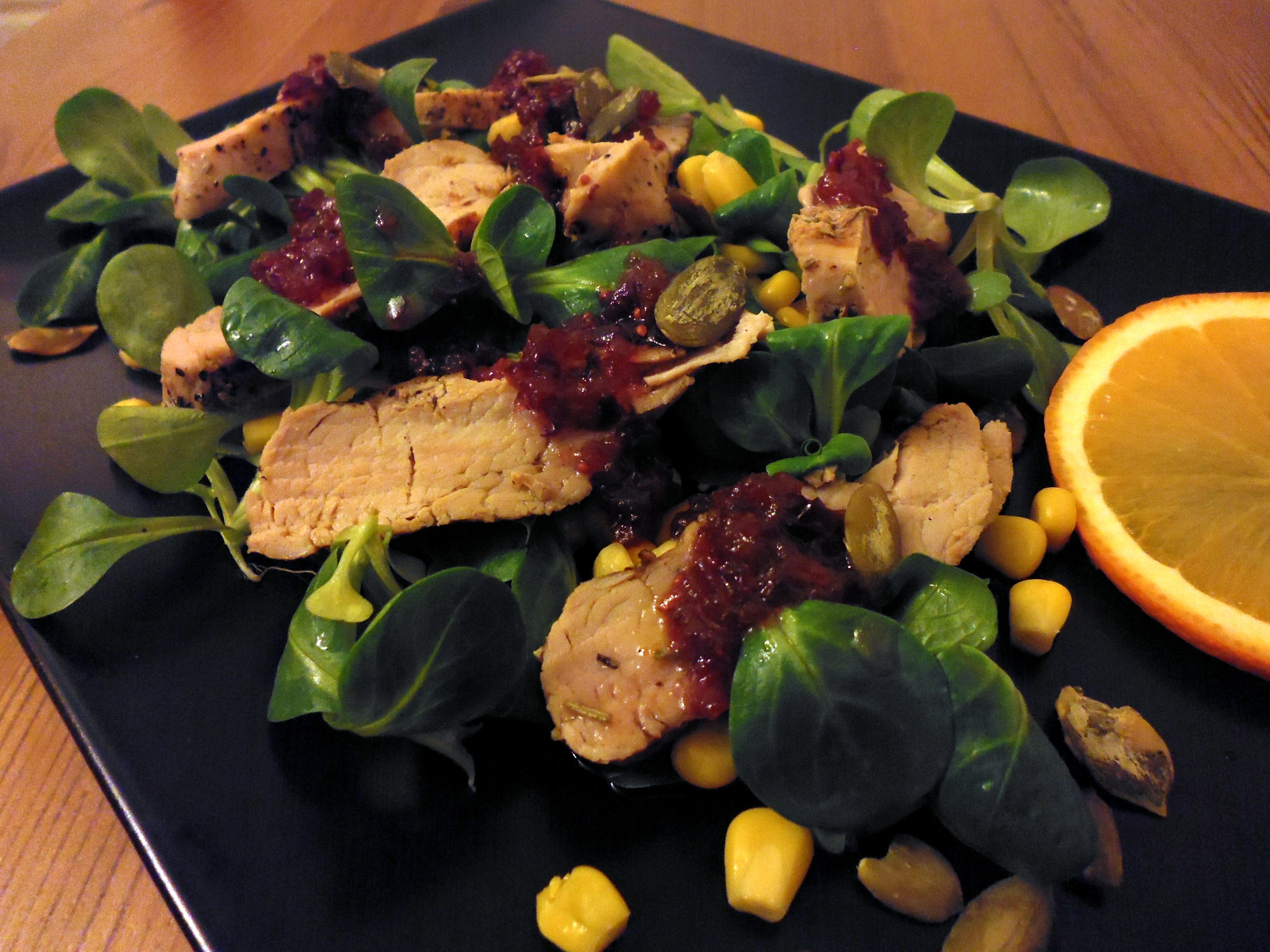 Sałatka z grillowaną polędwicą i sosem żurawinowym