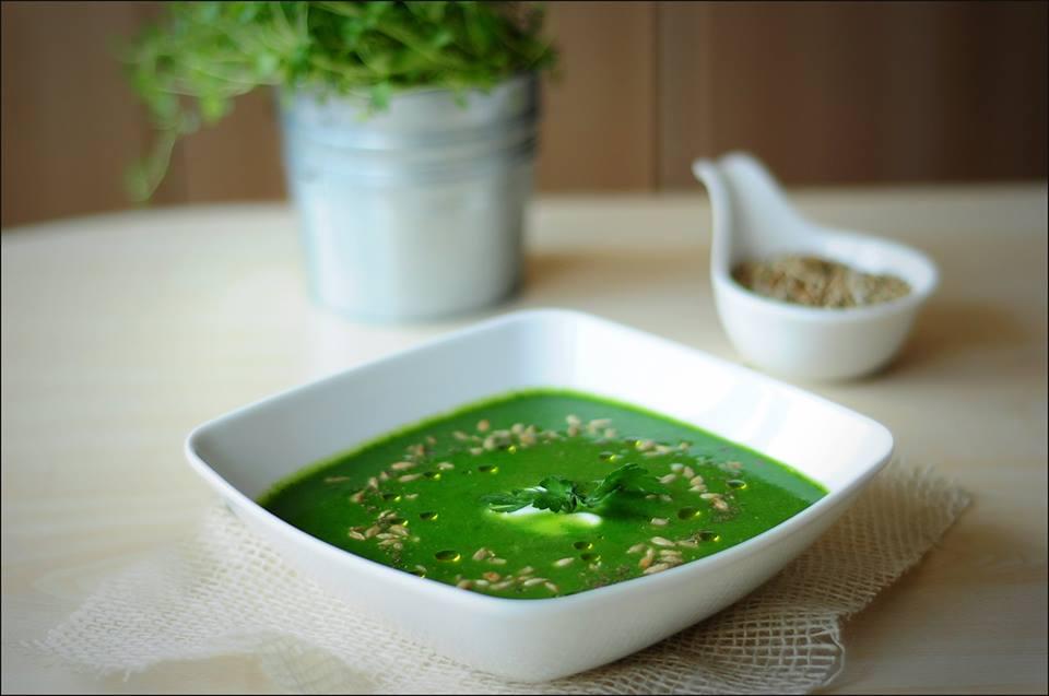 Zielony krem ze szpinaku i cukinii z prażonym słonecznikiem