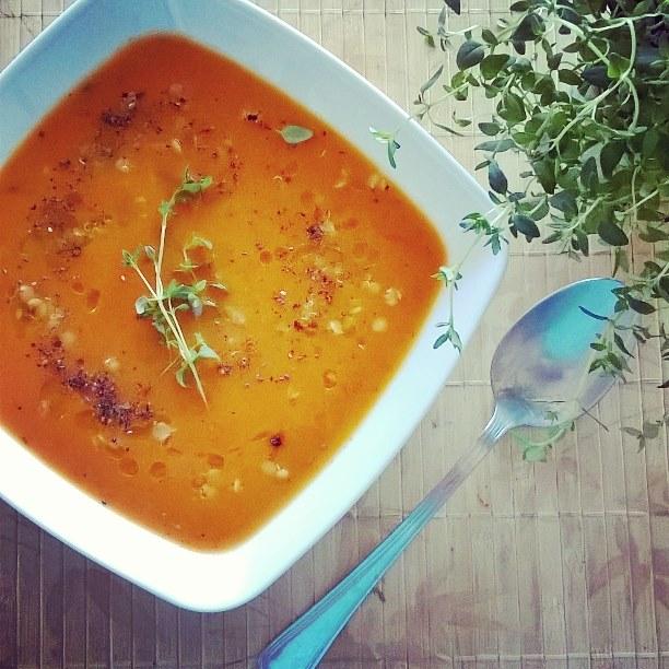 Wegańska zupa krem z pieczonych warzyw