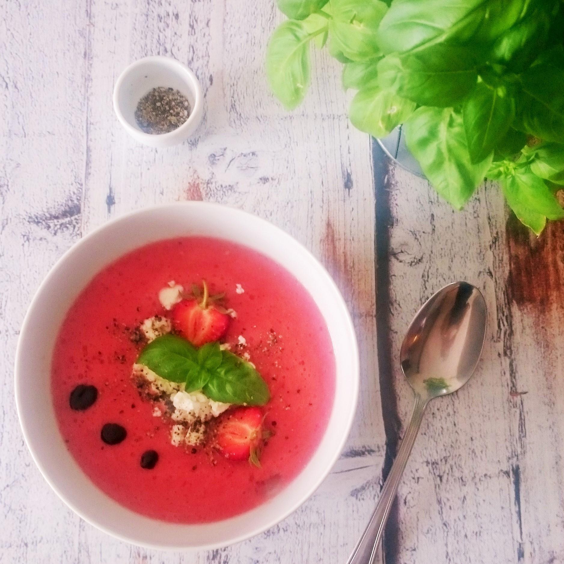 chłodnik pomidorowo-truskawkowy z octem balsamicznym i fetą