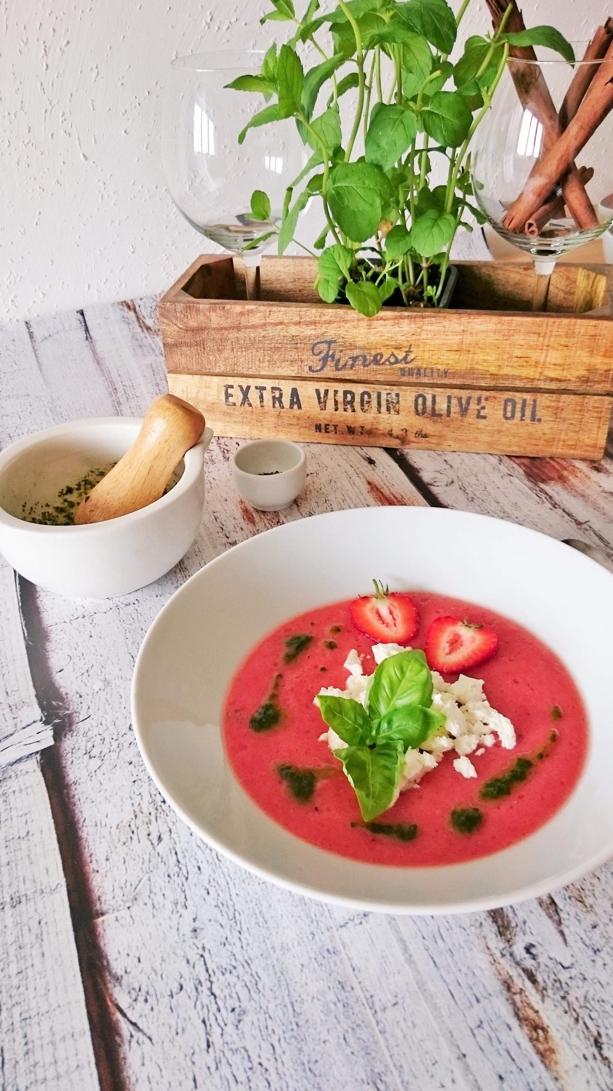 chłodnik z pomidorów, truskawek i melona z fetą i bazylią