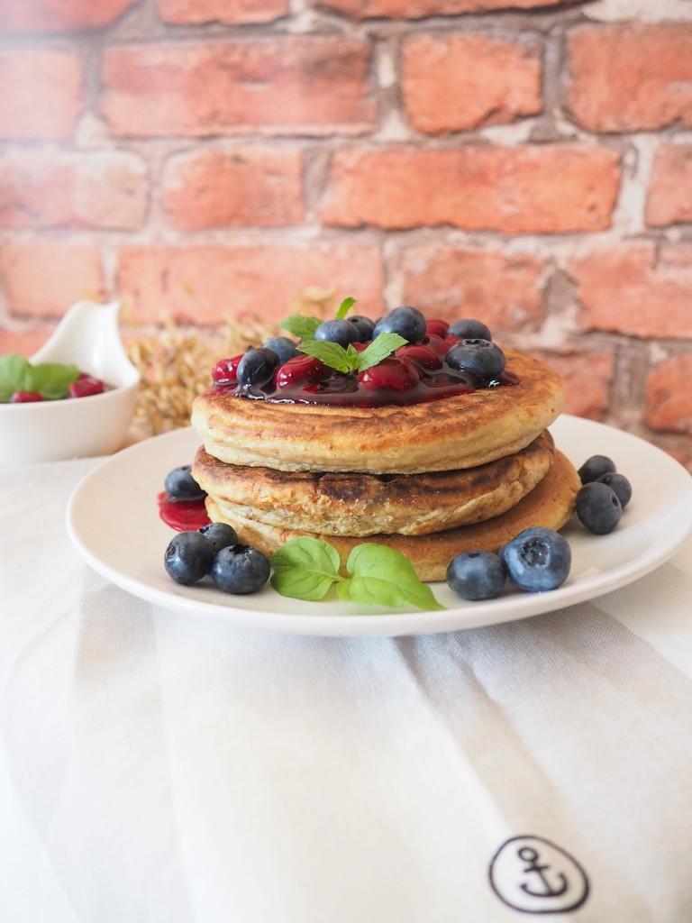 Owsiane pancakes z jagodami i białym serem