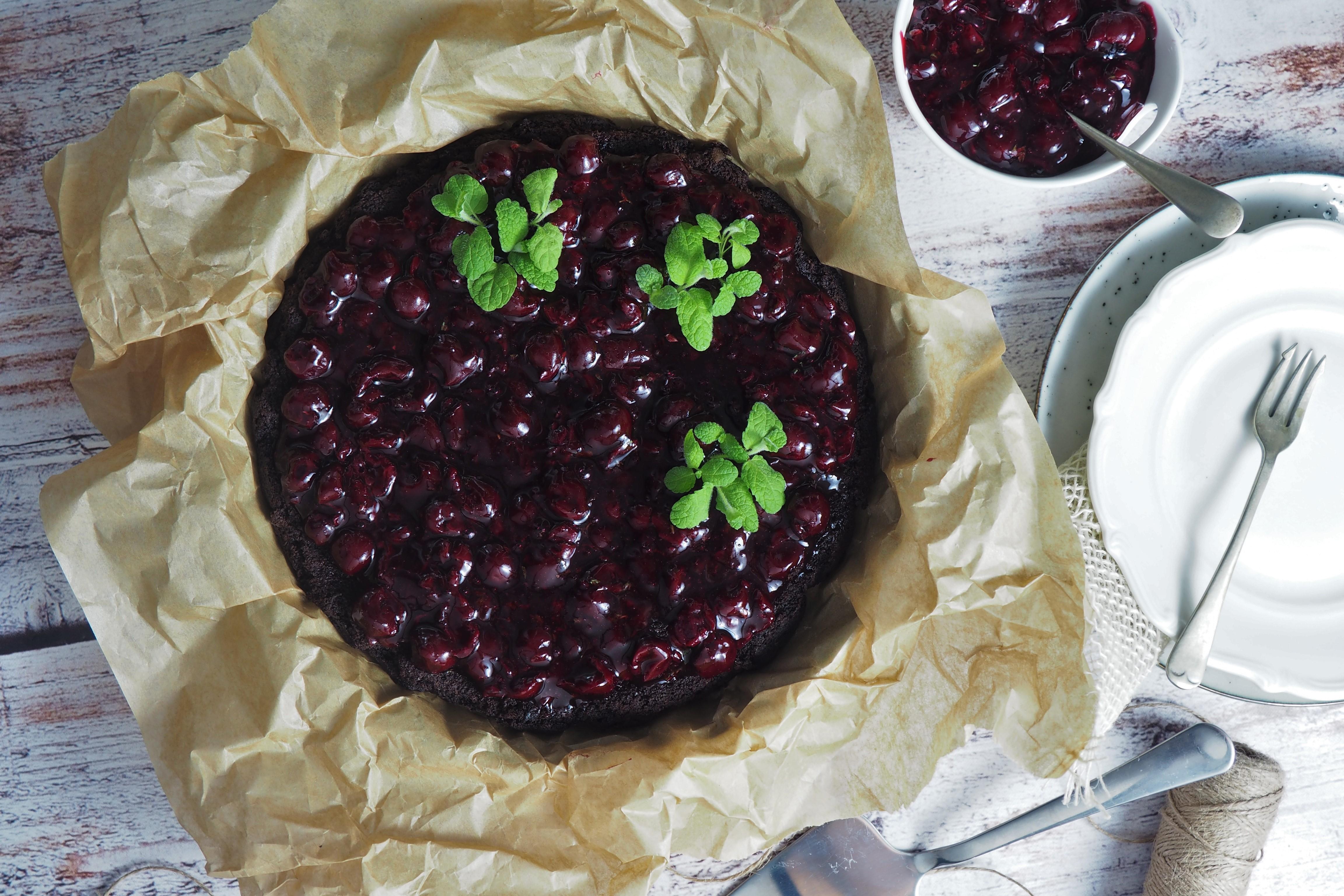 Brownie jaglane z wiśniami i miętą