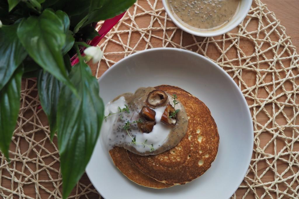 placki z mąki kokosowej z daktylowym karmelem
