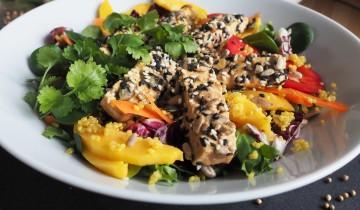 azjatycka sałatka z tofu, mango, kolendrą, komosą ryżową i sosem orzechowym
