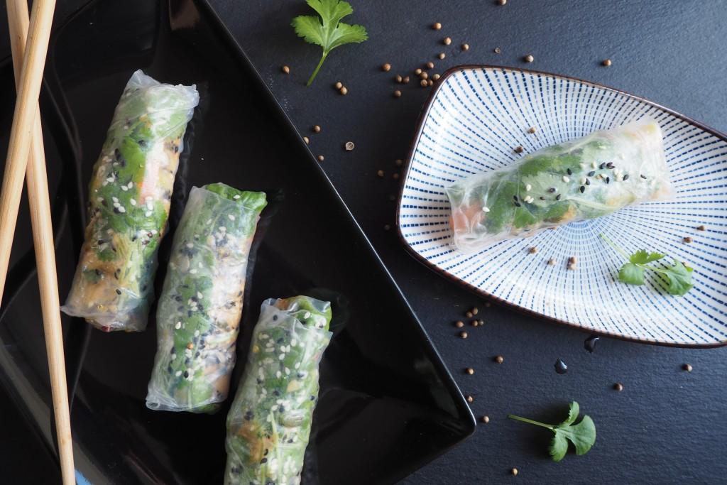 spring rolls z tofu, mango, kolendrą, komosą ryżową i sosem orzechowym