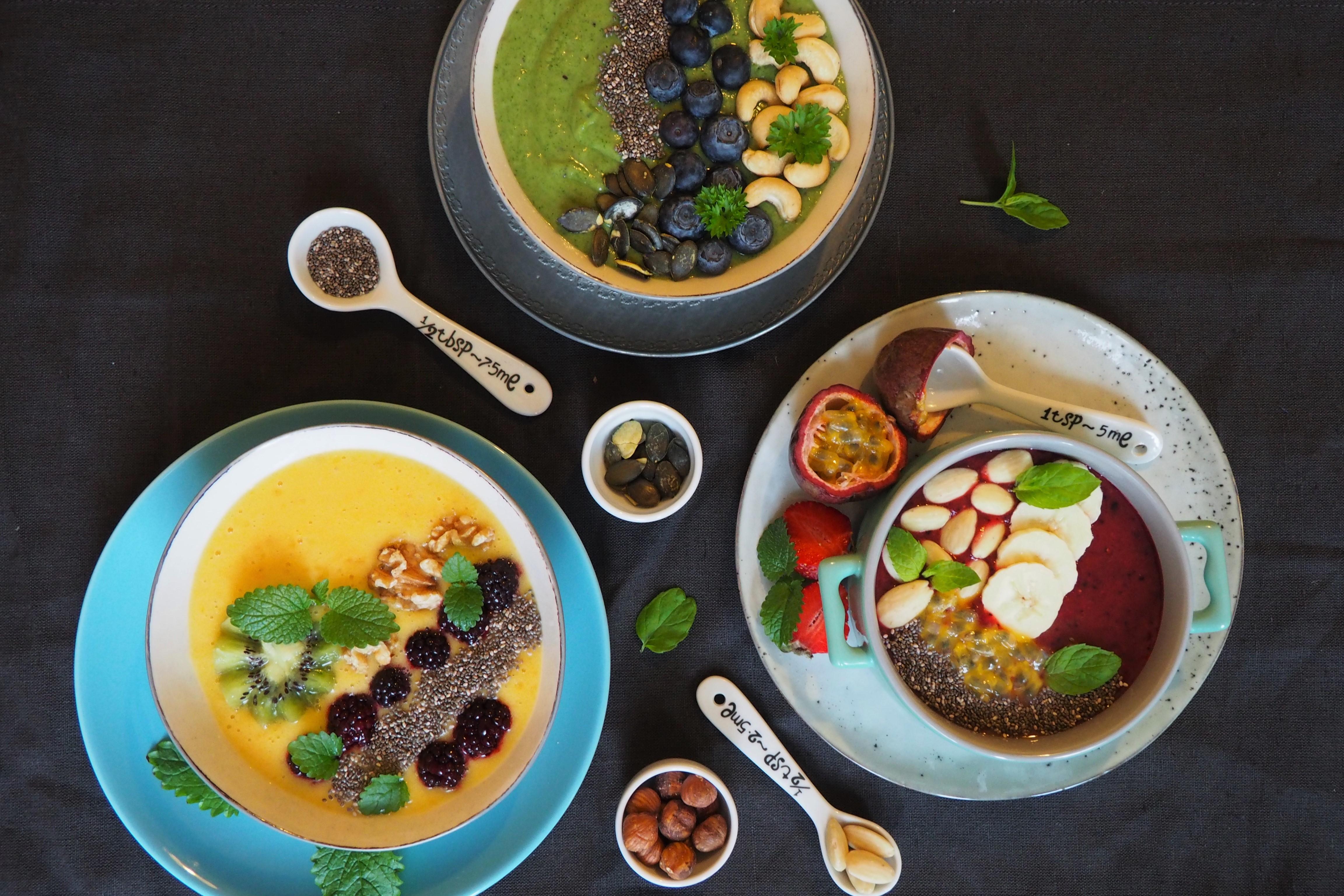 Smoothie bowl w trzech kolorach