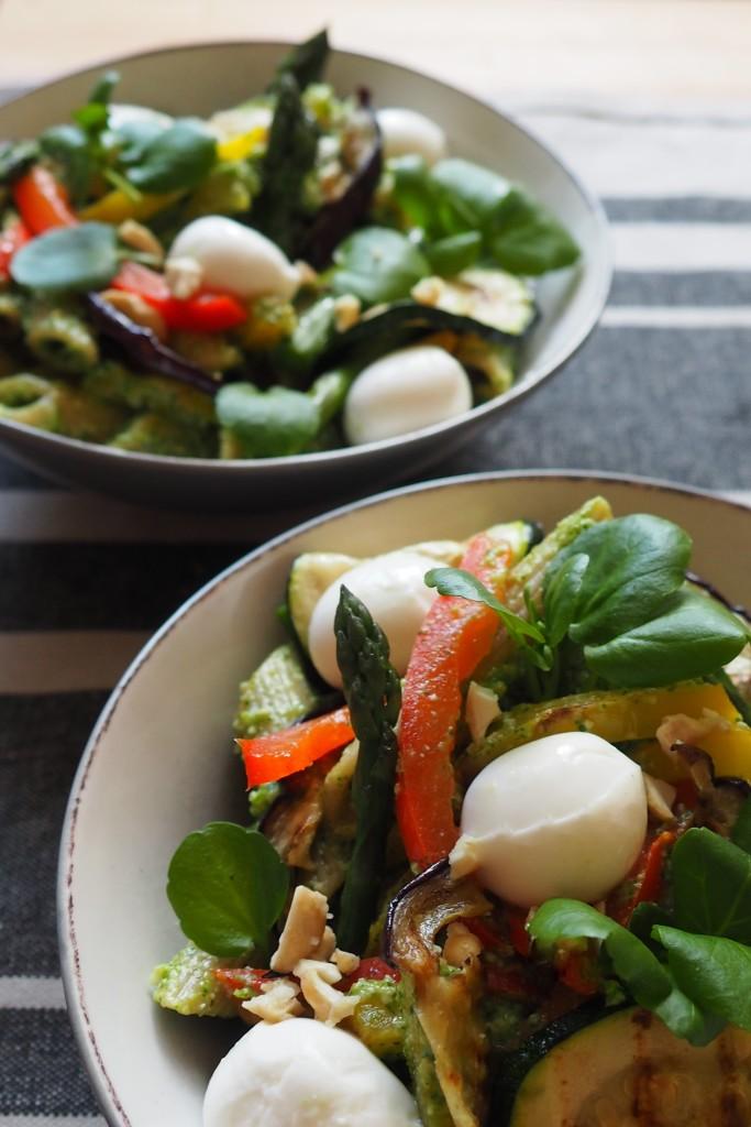 Makaron razowy z pesto z rukwi wodnej, grillowanymi warzywami i mozzarellą