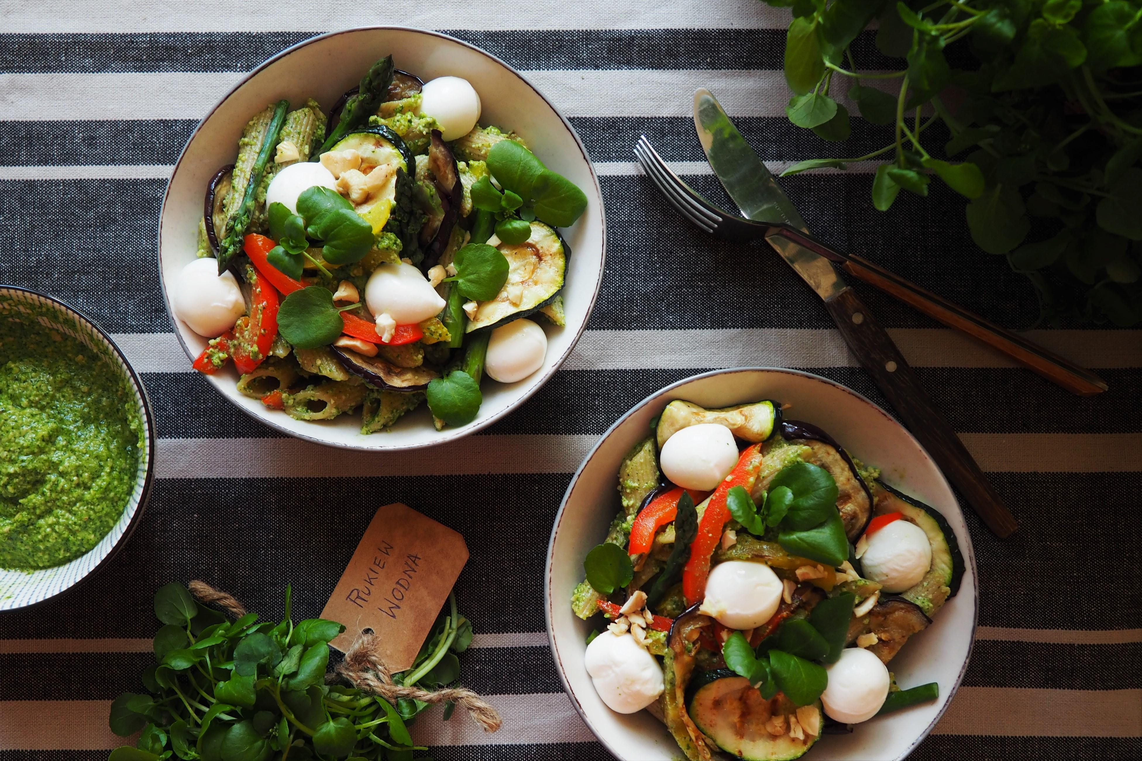 Makaron razowy z pesto z rukwi wodnej i grillowanymi warzywami