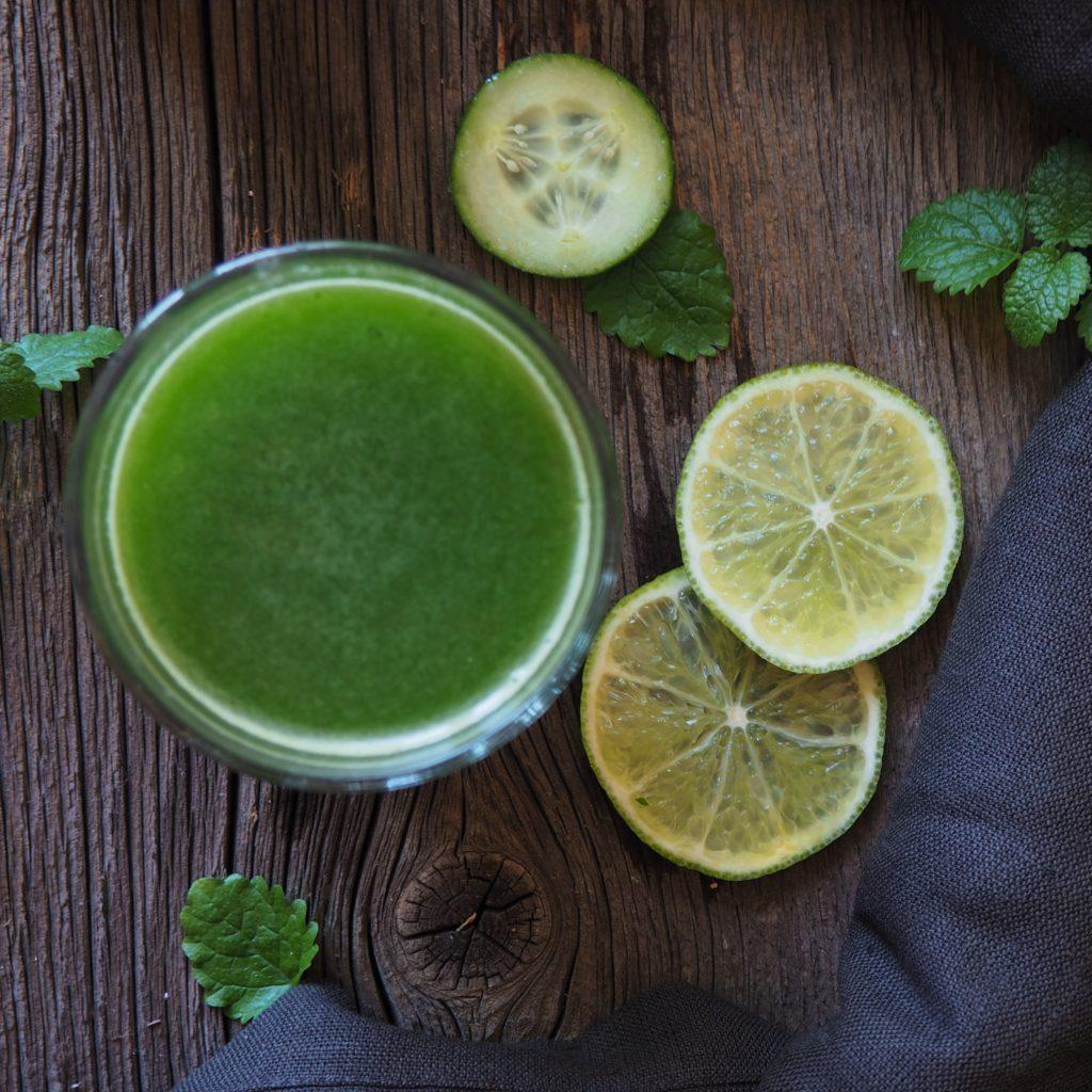 Co pić na diecie? Sok z ogórka, limonki i natki pietruszki