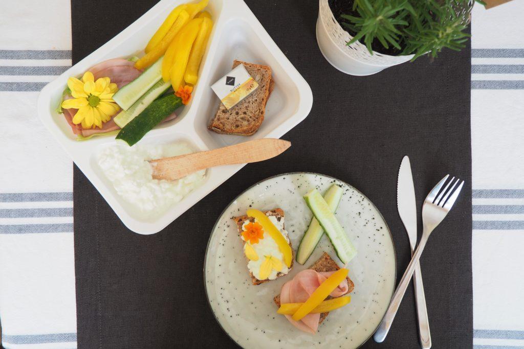 śniadanie - chleb pełnoziarnisty, twarożek, wędlina i słupki z warzyw