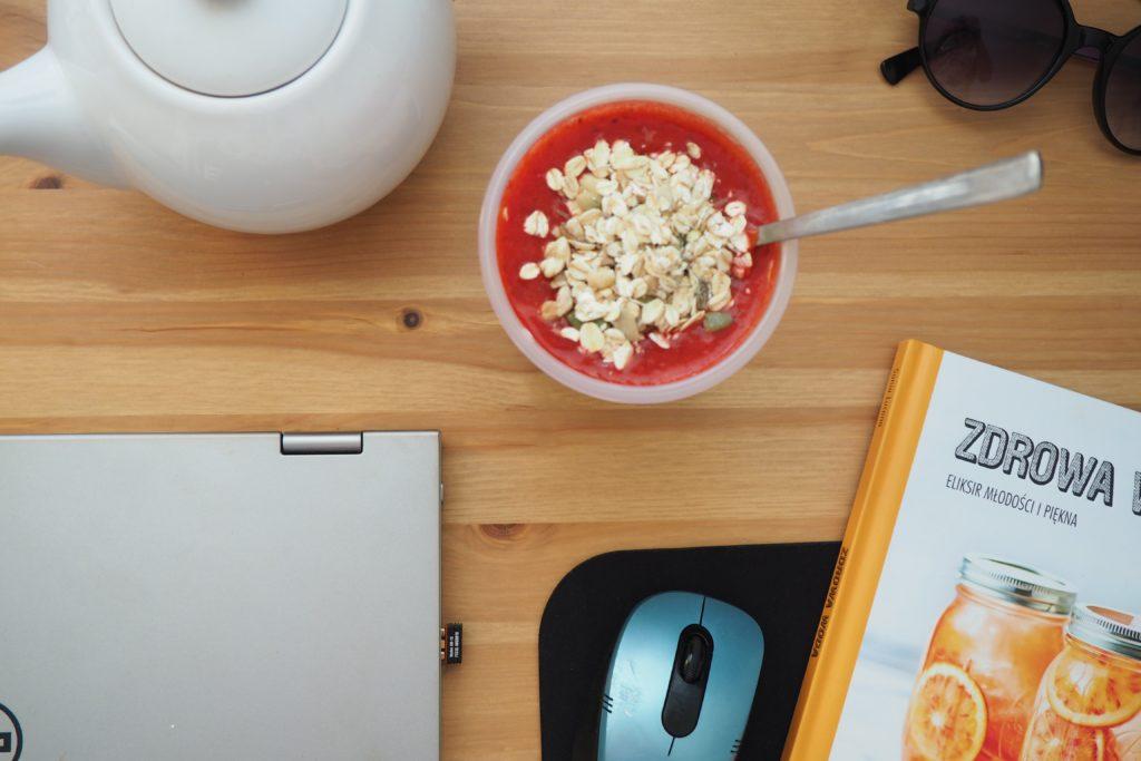 Drugie śniadanie - koktajl z kiwi, truskawek i jogurtu z płatkami owsianymi [catering dietetyczny]