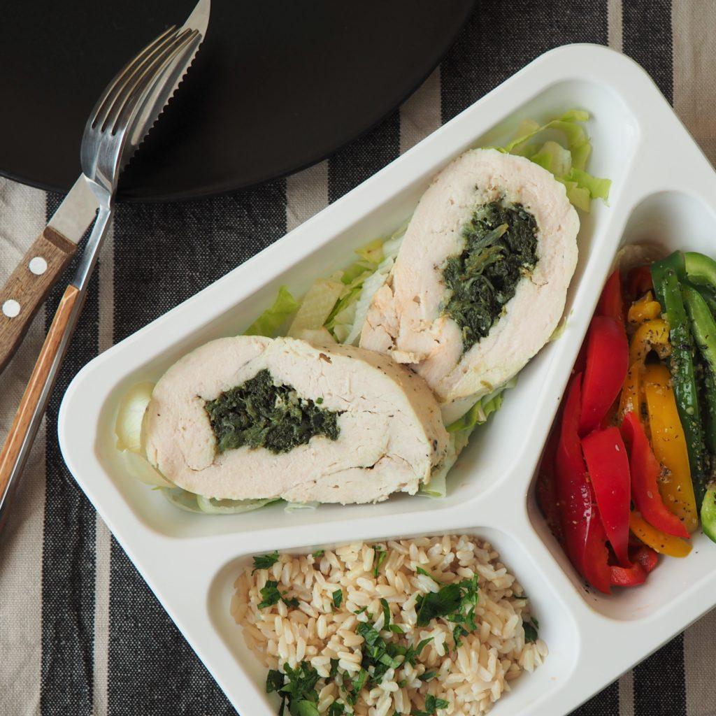 Obiad - roladki z indyka faszerowane szpinakiem, brązowy ryż i surówka z papryki