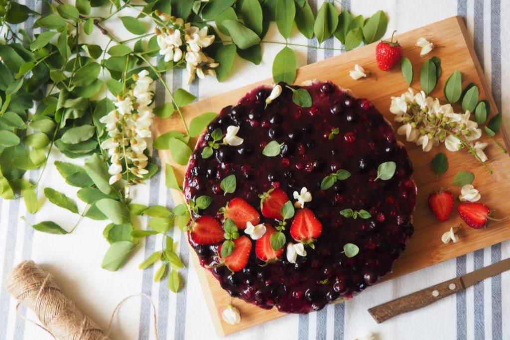 ciasto bez pieczenia z kremem daktylowo-migdałowym i owocami leśnymi