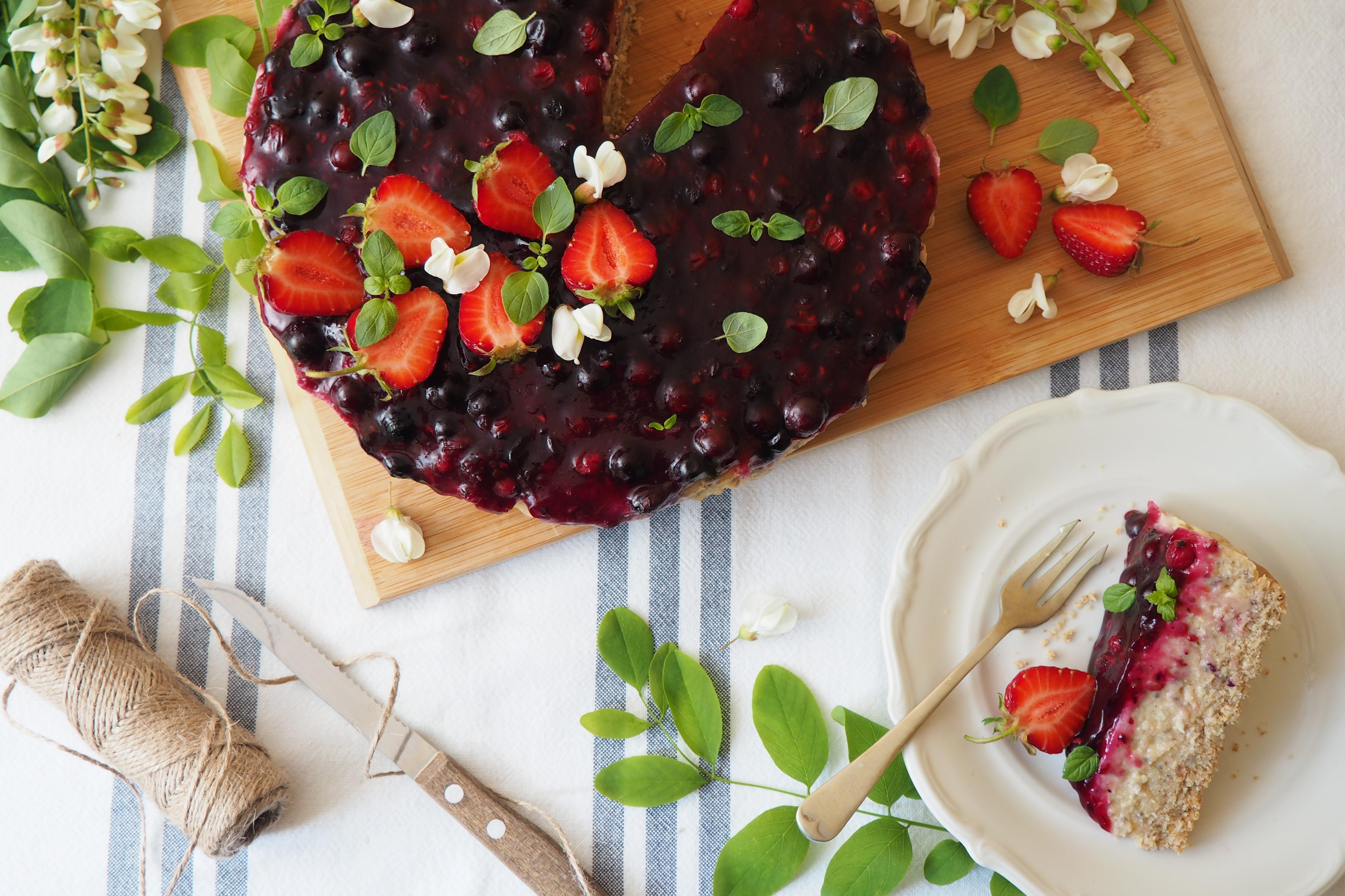 Ciasto bez pieczenia z owocami leśnymi i kremem daktylowym
