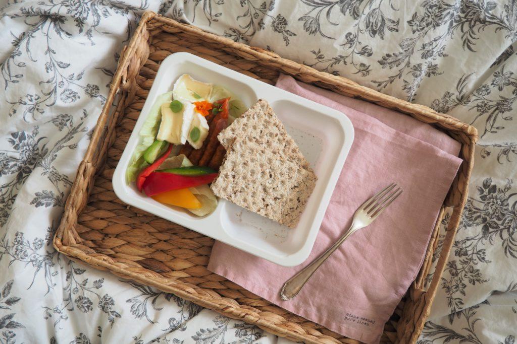 kolacja - chrupkie pieczywo, kabanosy, ser pleśniowy i warzywa