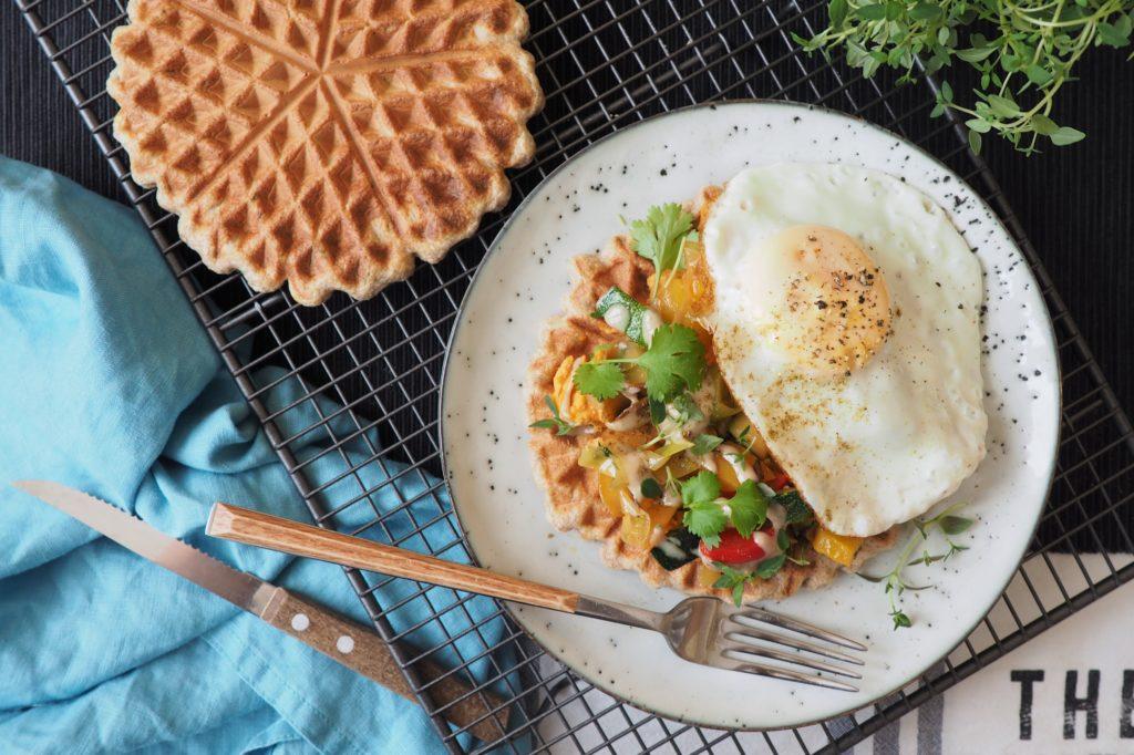Wytrawne gofry ziołowe z hummusem, warzywami duszonymi z tymiankiem i jajkiem sadzonym