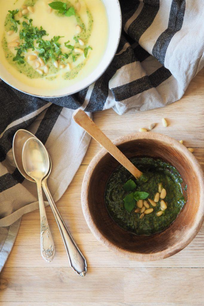 Zupa krem z kalafiora, pietruszki, kukurydzy i kopru włoskiego z pesto pistacjowym i orzeszkami pini