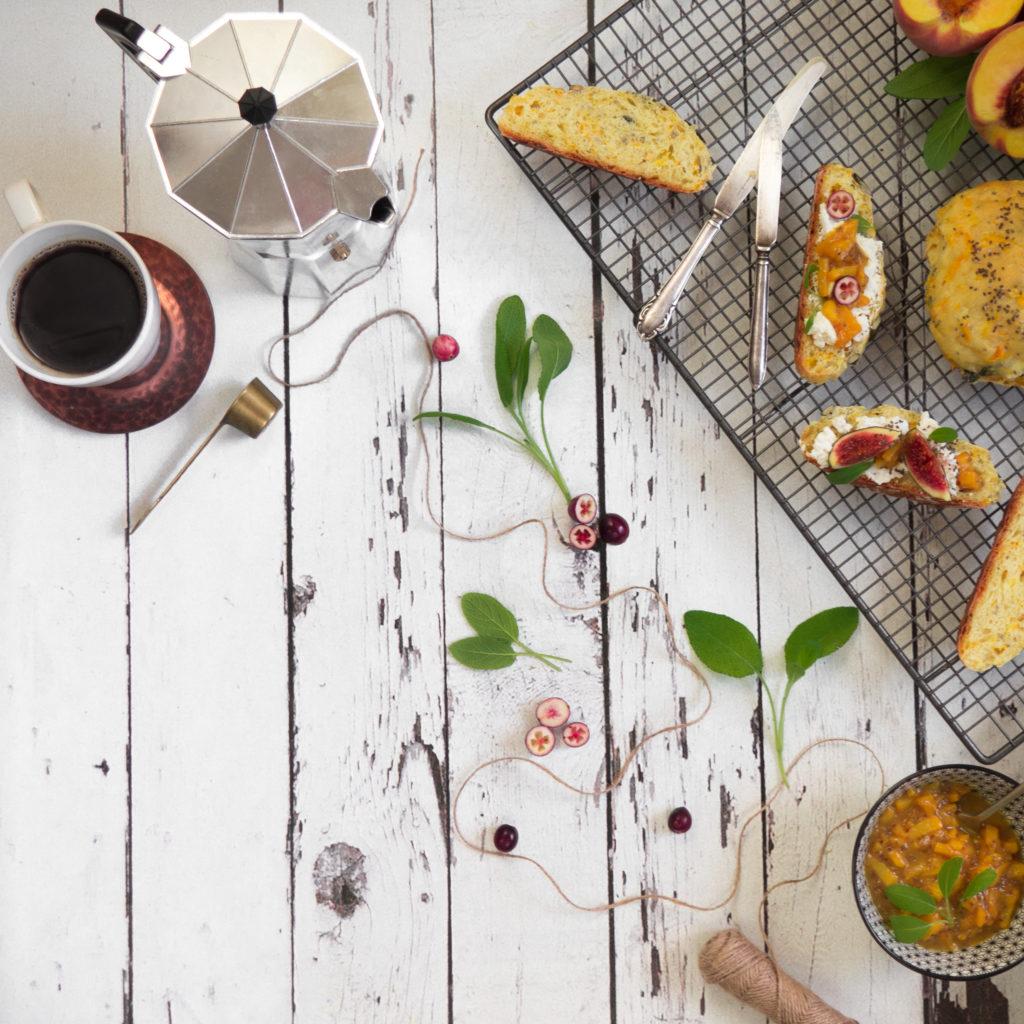 Orkiszowe bułeczki dyniowe z serkiem ricotta i dżemem brzoskwiniowo-szałwiowym