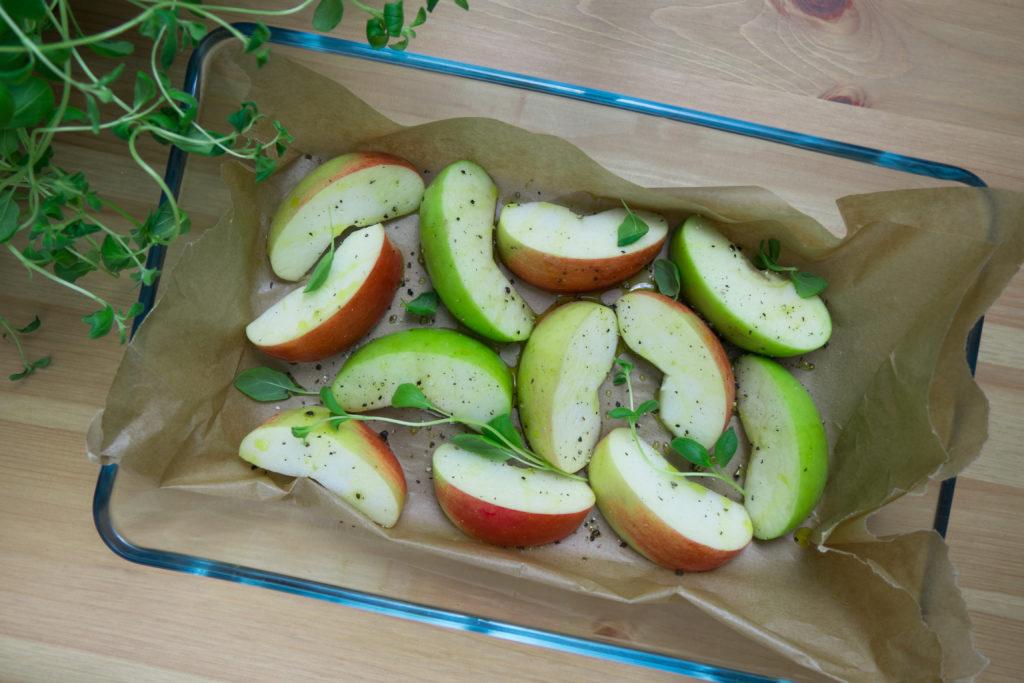 Pieczone jabłka idealnie komponują się z białą fasolą