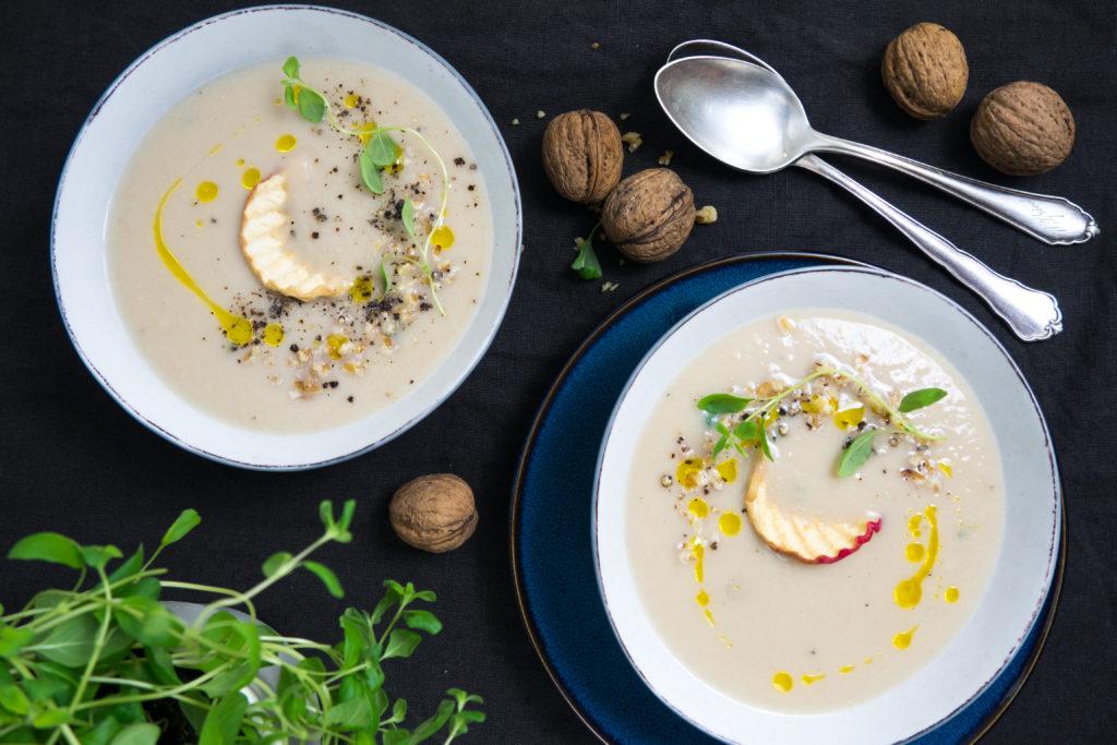 Zupa krem z białej fasoli, pieczonego jabłka i majeranku