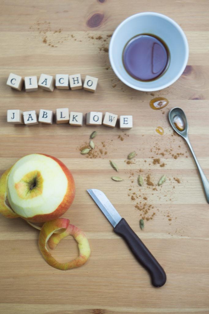 korzenne ciasto z orzechami i jabłkami