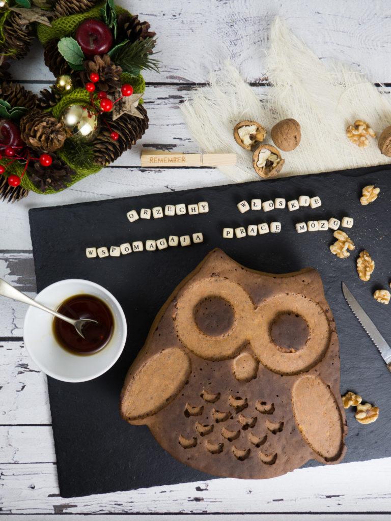 korzenne ciasto z orzechami i jabłkami (patera z kamienia - a Tab, wianek świąteczny - home&you)