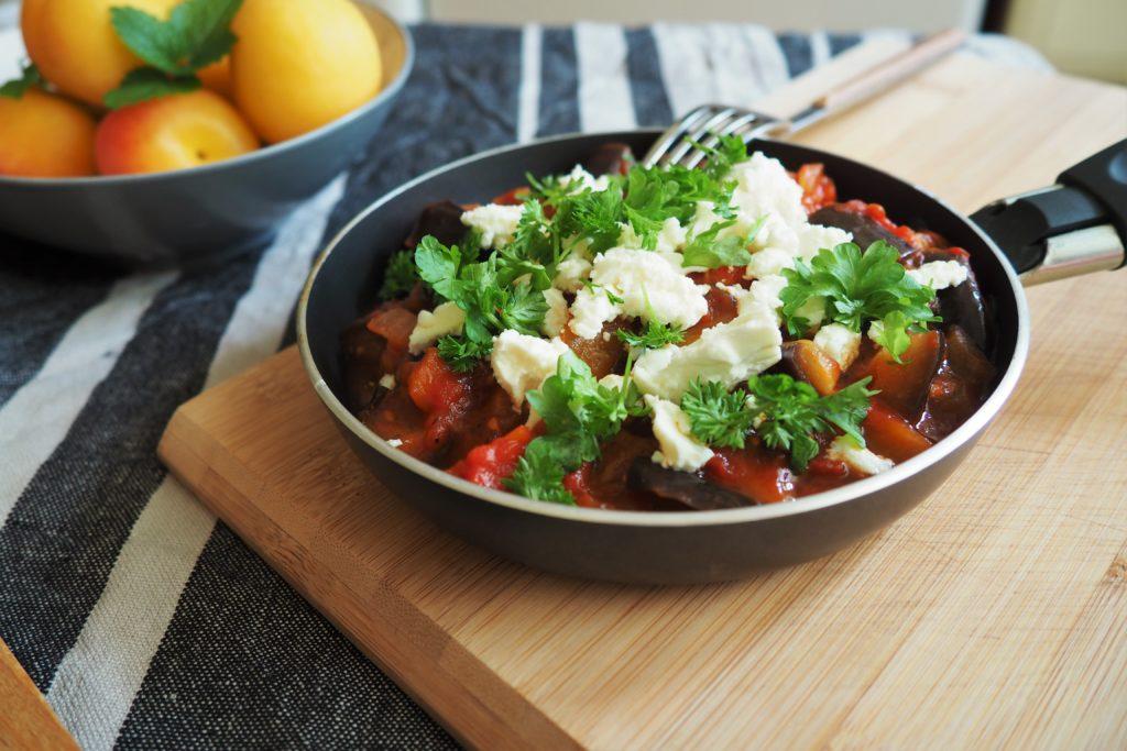 bakłażan duszony w pomidorach z fetą i ziołami