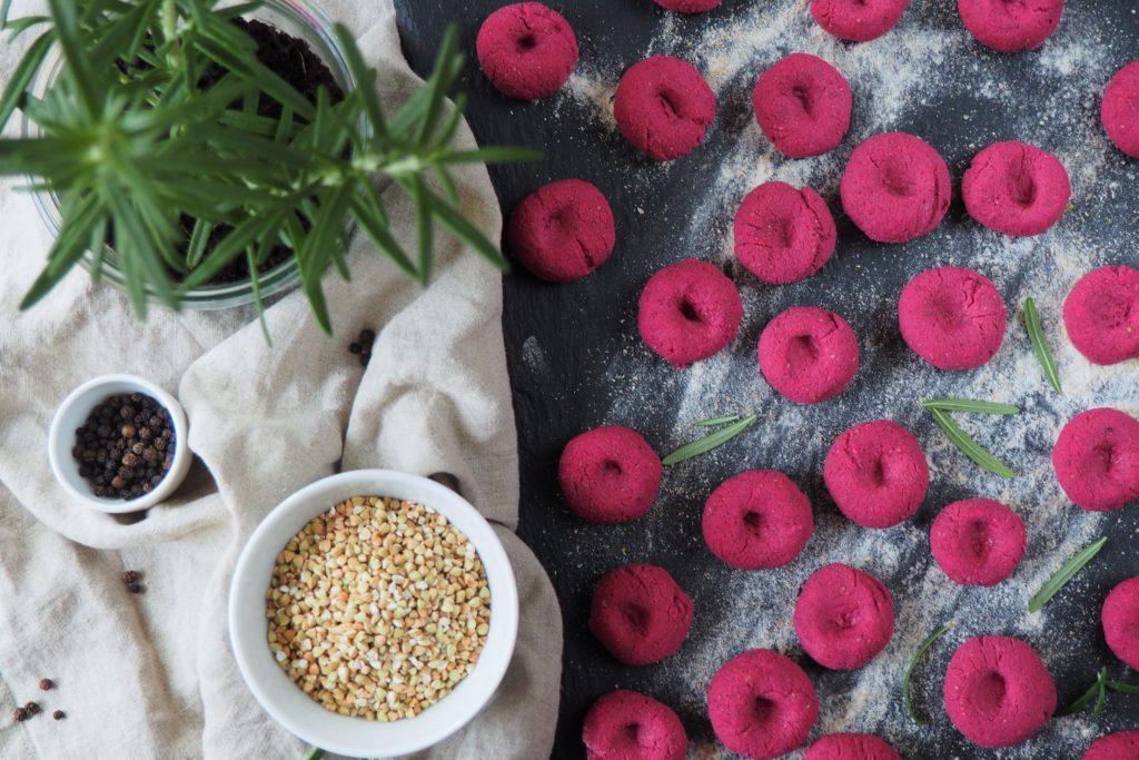 Buraczane gnocchi z rozmarynem, czarnym pieprzem - wegańskie, bezglutenowe kopytka