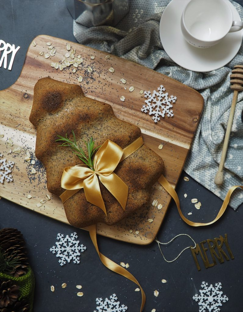 owsiane ciasto z makiem, suszonymi śliwkami i przyprawami korzennym (wieniec - home & you, deska - a Tab, ręcznik kuchenny i gwiazki - home & you, zawieszki merry - h&m home)