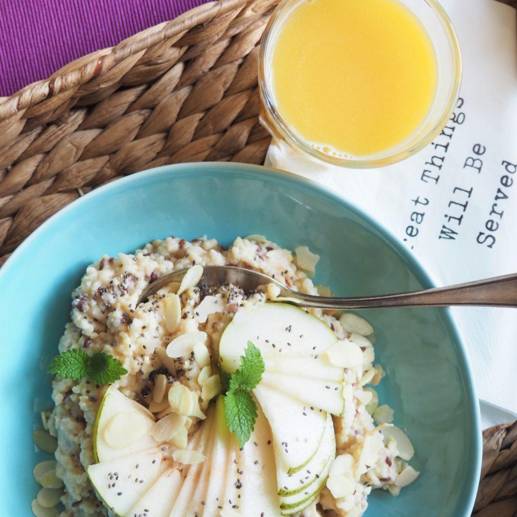 przykładowe śniadanie: kasza jaglana z gruszką i nasionami chia i mała szklanka soku pomarańczowego