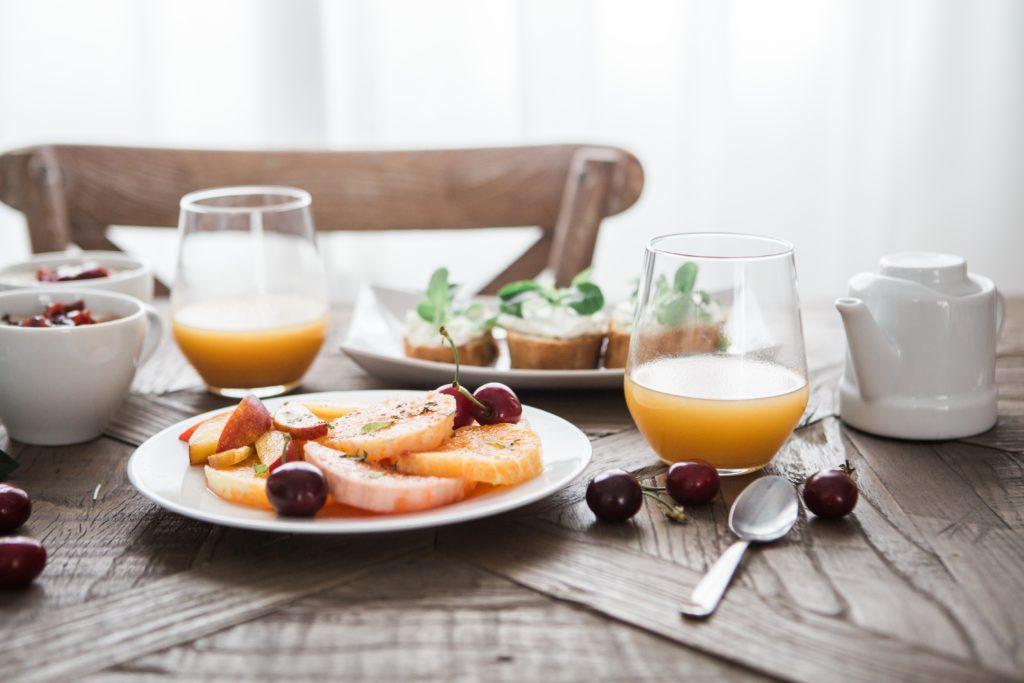 Soki i świeże owoce są nieodłącznym elementem zdrowej diety - to cenne źródło witamin i składników mineralnych!