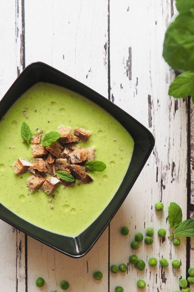 Zupa krem z groszku z razowymi grzankami