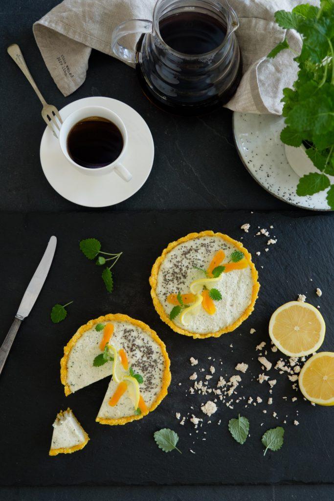 """wegańska tarta """"sernikowa"""" z nerkowów i melisy na spodzie z mąki kokosowej i suszonych moreli"""