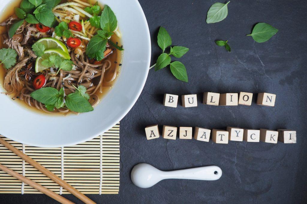 walentynkowa kolacja - bulion azjatycki z kaczką, makaronem gryczanym, anyżem, bazylią tajską i kolendrą