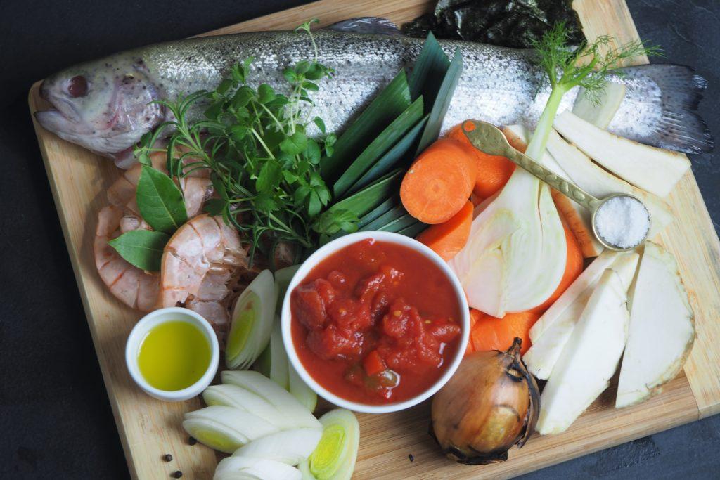 bulion rybny z lubczykiem, rozmarynem i i oregano