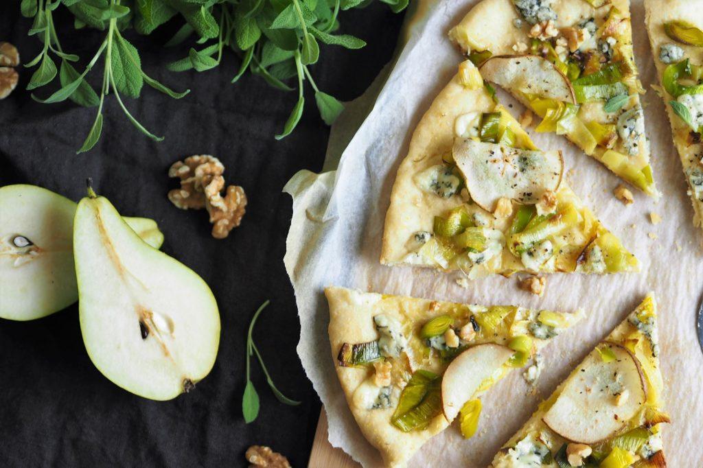 dietetyczna pizza z mąki z ciecierzycy z porem, gruszką i serem pleśniowym