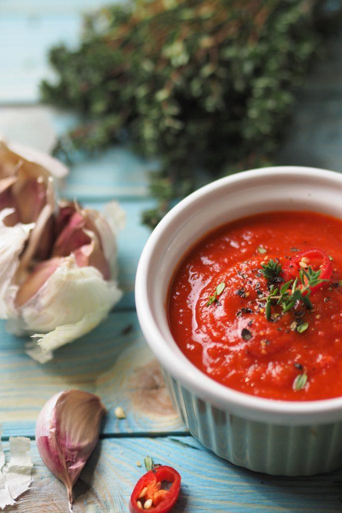 Pikantny sos pomidorowo-paprykowy z czosnkiem, chili i tymiankiem