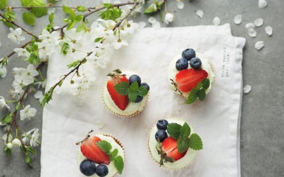 Bezglutenowe muffinki z owocami i melisą