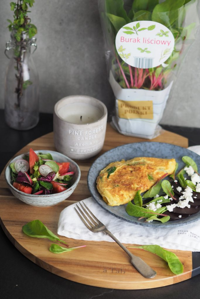 Omlet z burakiem liściowym i kozim serem