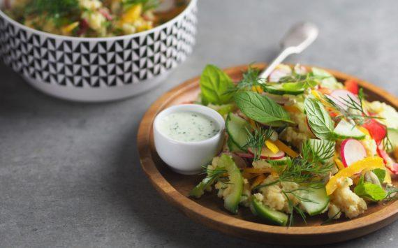 Wiosenna sałatka z kaszy jaglanej z sosem miętowym