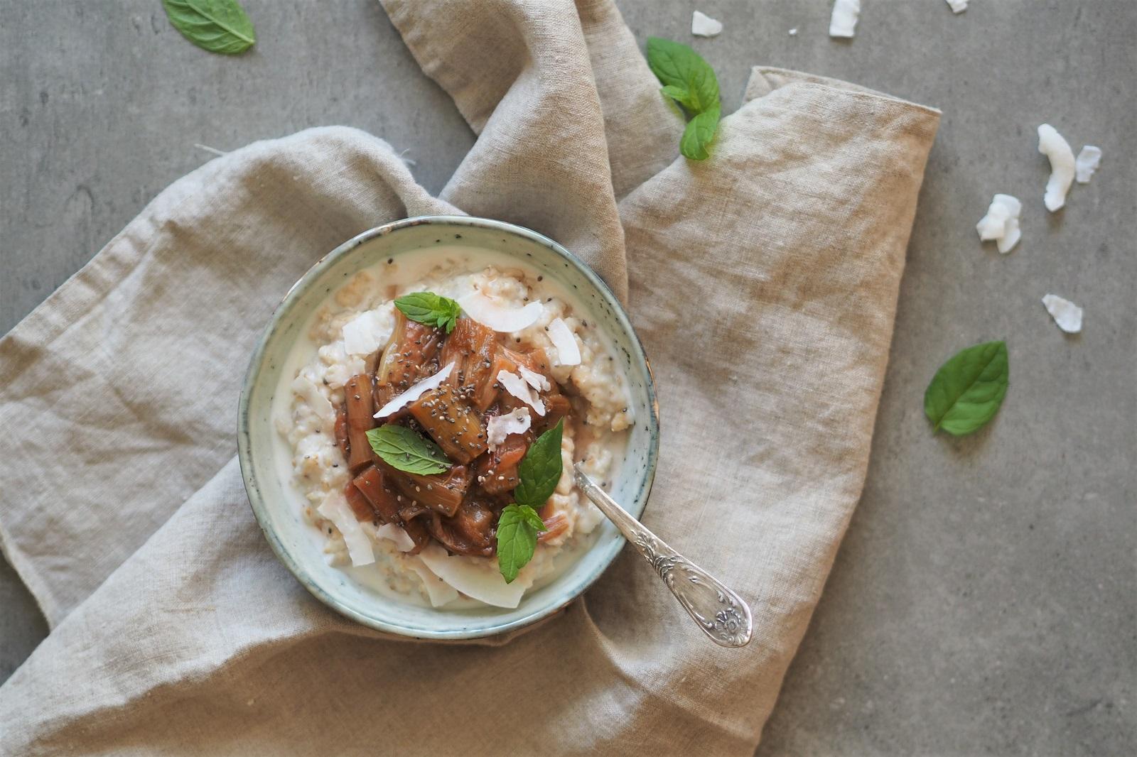 Owsianka z rabarbarem, mlekiem kokosowym i chia