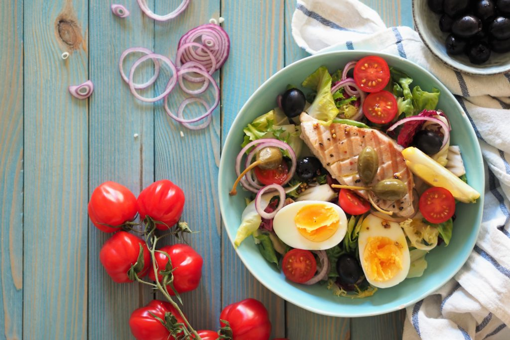 Sałatka ze stekiem z tuńczyka i jajkiem