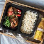 Kotleciki z ciecierzycy i brokuła - wersja oryginalna w pudełkach cateringu personalnego Naturalnie