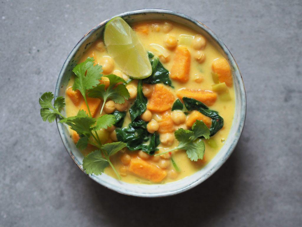 proste curry z batatów, ciecierzycy i szpinaku