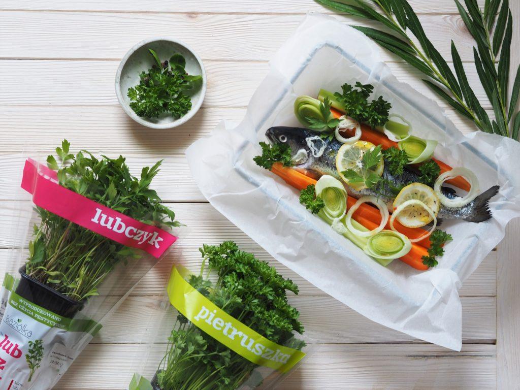 Klasyczna ryba zapiekana z warzywami z dodatkiem pietruszki i lubczyku Baziółka