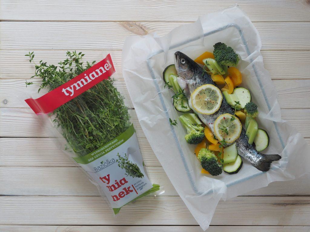 Delikatna ryba pieczona w całości z dodatkiem warzyw, tymianku i cytryny