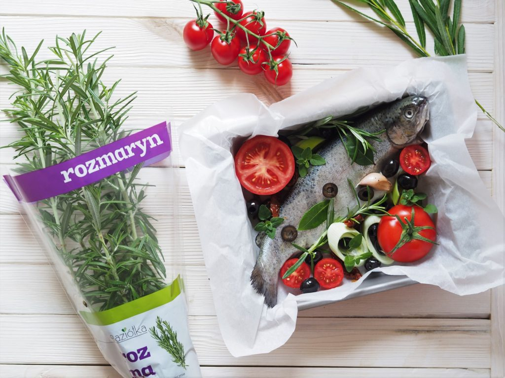 Ryba po grecku, czyli nadziewana oliwkami, kaparami, ziołami, zapiekana z pomidorami i porem