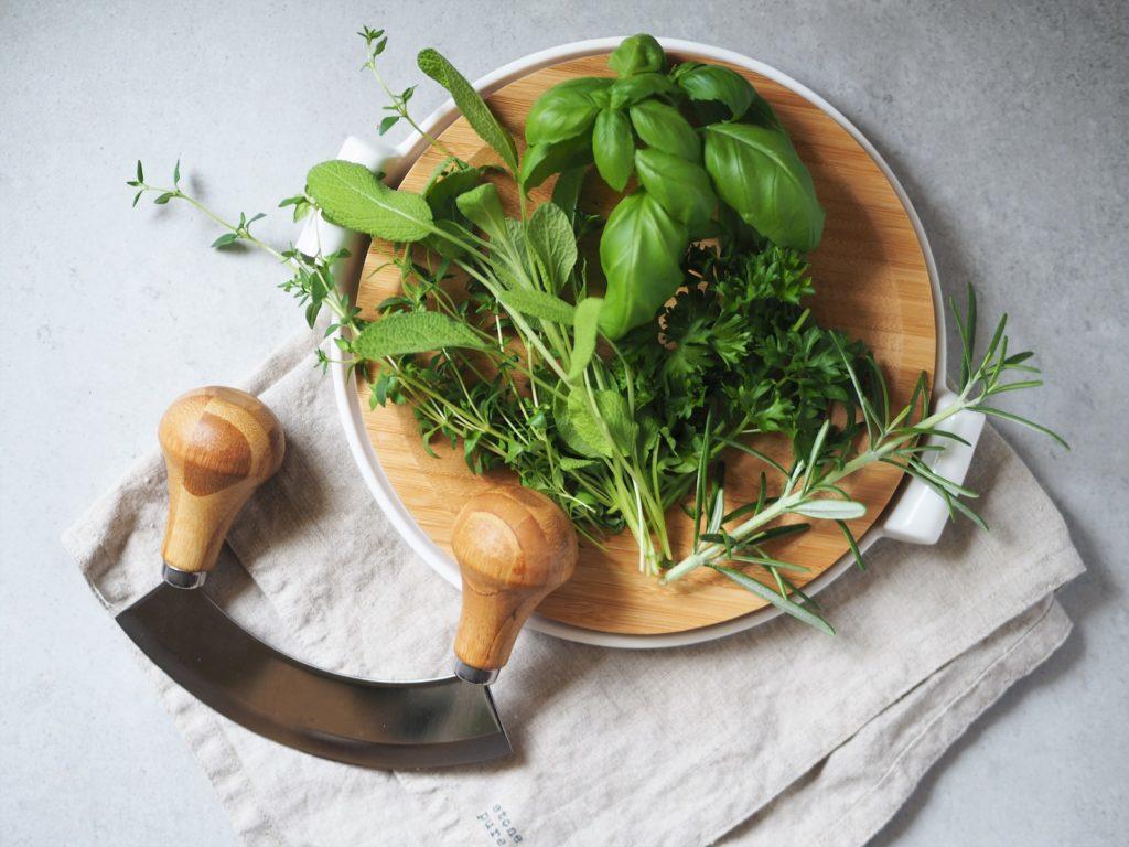 Świeże zioła Baziółka to idealny dodatek do ryb pieczonych w całości, ponieważ zawierają bardzo dużo przeciwutleniaczy