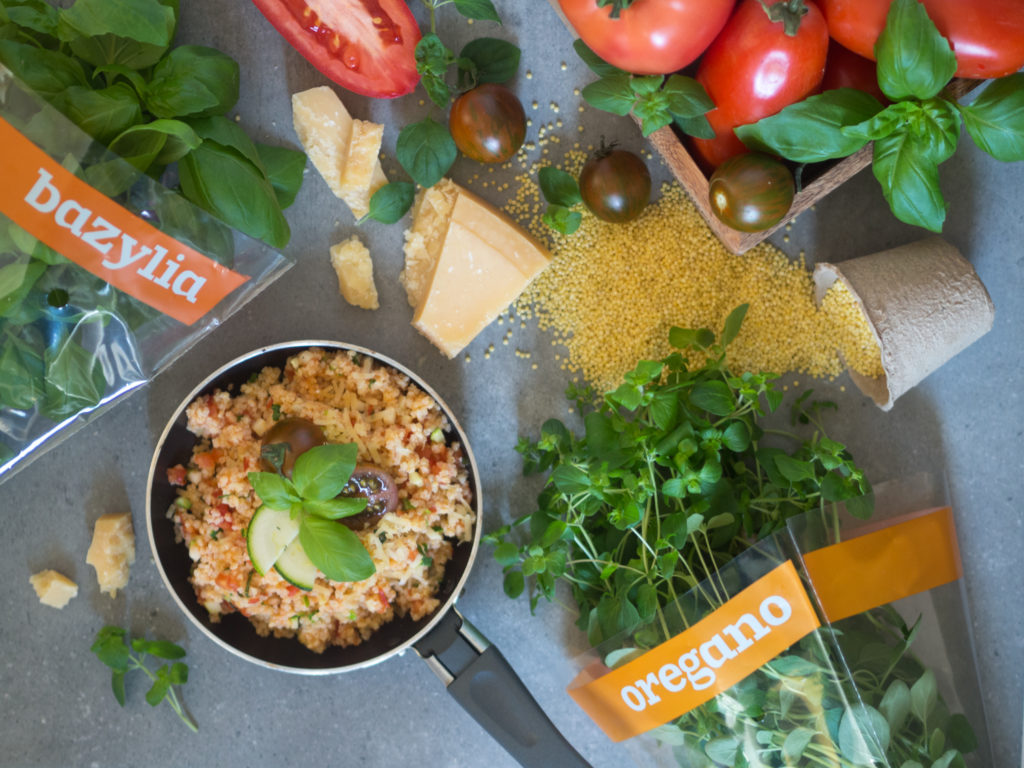 Kasza jaglana w włoskim stylu z pomidorami, czosnkiem, ziołami i parmezanem